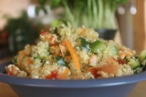 Quinoa als Salat, mit Möhren, Gurke und Tomaten, abgerundet mit einem Zitronendressing.